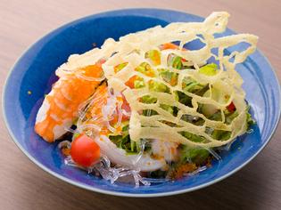 新鮮な魚介と楽しい食感の『海鮮投網サラダ』