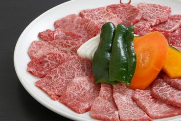 ふたりにおすすめサイズ。黒毛和牛赤身肉の盛り合わせ『楽盛』