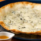 個性的なチーズの香りにハマる『ゴルゴンゾーラの薄焼きピッツァ』