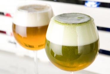 最初の香りはお茶、飲むとビールの味わい。両方のいいとこどりをした新感覚の飲み物『お茶ビール』