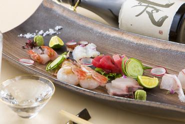どの刺身も新鮮で美味。何が出てくるかは、その日の仕入れ次第のお楽しみ『お造り盛り合わせ』