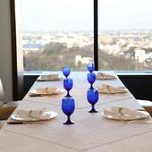 美しい景色と共に料理を堪能できるラグジュアリーな空間