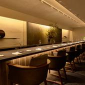10席の特別空間。美しい盛り付けが映える、呂色のカウンター