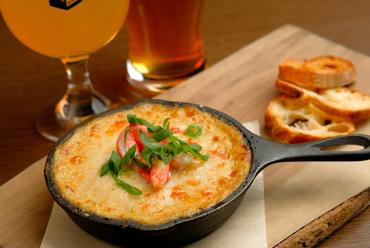 小さなフライパン「スキレット」がかわいい『カニ味噌と湯葉のスキレットグラタン』