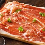 熟成することで旨みが増した「生ハム」は、しっとりとしたシルクのような舌触り。ほんのりと感じる塩味が生ハムの美味しさを引き立てています。ワインのおつまみにおすすめ。