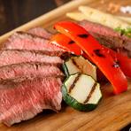 牛のお尻の部分にあたる希少部位の「イチボ」は、外は香ばしく中身はレアと絶妙な焼き加減。シンプルに3種の塩で味わえば、肉の芳醇な風味が口いっぱいに広がります。添えられた新鮮野菜の旨みが良いアクセントに。