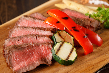 やわらかな希少部位で肉の旨みを満喫『イチボステーキと野菜のグリル』