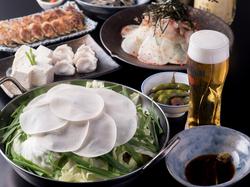 当店のもつ鍋は鶏スープに甘酸っぱい酢ダレをかけて味わう、さっぱりとした味わいが人気です。