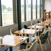 ゆったりと過ごせるおしゃれな空間。光溢れる空間で食事を満喫