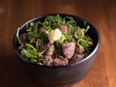 馬焼肉を丼で。ネギと生姜醤油でさっぱり味わう『馬丼』