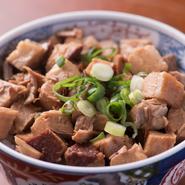 バラチャーシューは、安全性と等級の高いデンマーク産やベルギー産の「上質な豚肉」を使用。とろける脂がラーメンと相まって旨みがアップします。ラーメンのお供にちょうどいい『ちょっとチャー丼』もあります。