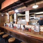 働く人たちの熱量を感じられるカウンター席。活気づく調理風景を眺めながら「はいお待ち!」と提供される『ラーメン』は格別です。11:00~23:00まで通し営業しているので、ランチにも飲み会の〆にも立ち寄れます。