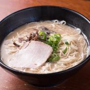 (初めての方は、このラーメンをどうぞ。)当店の基本のラーメンです。あっさりした中にコクがあり、キメの細かいスープです。チャーシューは、九州産のモモ肉をのせています。