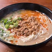 (ちょっと辛くて甘い、スタミナラーメンです。)九州産のモモ肉ミンチをふんだんに使用した自家製の肉味噌をのせました。辛さと甘味がスープによくなじみ麺によくからみます。