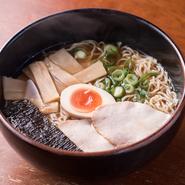 (自家製、鶏がらスープのラーメンです。)若鶏の鶏がらを、数種の野菜と果物とともに約14時間の工程で煮出したスープです。あっさりして、風味豊かです。