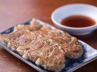 ひとつひとつ皮から手作りしています。中身の餡(あん)は、九州産のモモ肉を特性のタレで、ジューシーに仕上げています。 ※にんにくは入れていません。ひとくち半餃子(5個) 230円