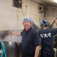 """店舗の隣にスープ工場をつくり、ラーメンの味を確立させた野田氏。開店20年の月日をかけて築き上げた、常連を大切に新たなゲストにも「この味を多くの人に」という思いで、日々""""真面目に楽しく""""営業しています。"""