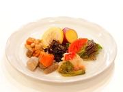 小田原など近郊で採れる野菜や、旬の国産野菜を使用。丁寧に下処理された素材を、じっくり時間をかけて調理しているので、味がよくしみ込んでいます。(料理は一例として)