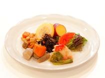 使われる食材から季節を実感。季節の野菜を豊富に使用し、時間をかけてコトコト煮込んだ『煮物』