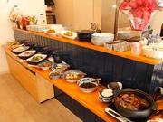 肉を一切使っていない、野菜のみでつくられたカレー。贅沢な量の新鮮野菜を使い手間を惜しまずじっくり調理すると、甘みが増し深い味わいに仕上がっていきます。(料理は一例として)