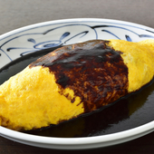 チキンライスに巻かれた卵は、昔ながらの懐かしい味と形。洋食店の定番メニュー『オムライス』
