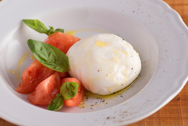 『希少イタリア産モッツァレラ・ブッラータと国産フルーツトマトのカプレーゼ』