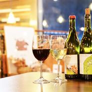 常に50種類程度の品揃えがある中で、特にオーナーがオススメするのは自然派ワインの『ヴァンクール・ヴァンキュ』。料理を選ばない飲みやすさで、単体でも心地よく飲み続けられるのが特徴です。
