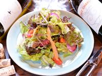 地元農家の有機野菜だけでつくった、ボリュームたっぷり『季節のサラダ』
