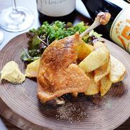調理法は塩コショウのみの味付けで、鴨肉の特徴を活かしたまま焼いただけ。やわらかい肉質としつこくない食感には、鴨の美味しさがそのまま表れています。食べ疲れない口当たりの良さもポイントです。