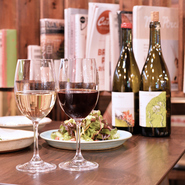 メニューは全て身体になじむようなやさしい味わい。料理、ワイン、お店の雰囲気を含めて、力を抜いて楽しめる空間が用意されています。来店者がリラックスして癒やされることを目標にしているといいます。