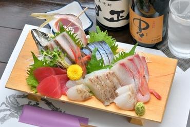 その日の朝に仕入れた新鮮な魚介類を、かつお出汁の効いた醤油で食べる『お造り盛り合わせ』