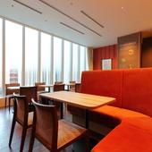 ランチやカフェに立ち寄りやすい、暖色系のオープンな空間