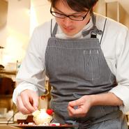 「お客さまにお喜びいただけるよう、美味しさはもちろん心に残る新しい演出を心掛けていきます。」と料理人。そうして生まれたひと品は、ゲストの味覚だけでなく、あらゆる感性に語り掛けます。