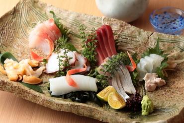 新鮮魚介をおまかせで。お酒も進む『おまかせ刺身盛り合わせ』