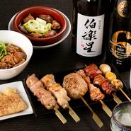 """「いらっしゃい!」と明るい掛け声で迎えいれてくれる、金子氏の温かな人柄も魅力。訪れるだけで元気な気持ちにさせてくれる""""人情味""""のある一軒です。一品料理も多彩で、仕事終わりの一杯にもおすすめです。"""