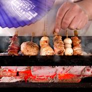 オープンキッチンに設置された炭焼き場。ジュージューと焼かれる音を聞いているだけで、気分も高揚してきそうです。肉の焼き加減を見極め、時には扇で仰いで火加減を操る「匠の技」を間近に感じられます。