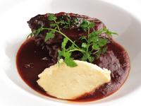 ワインの奥深さと柔らかな肉を楽しむ『牛ホホ肉の赤ワイン煮 じゃがいものムースリーヌ添え』