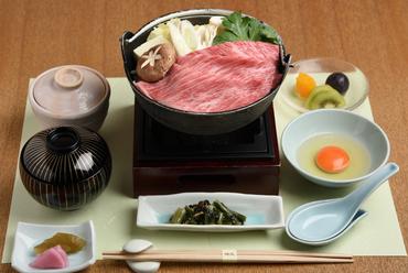 『神戸牛のすき鍋膳』は繊細な霜降りの脂と赤身の旨みが魅力