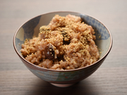 日替わりランチの中の一品。無農薬の玄米を使用した、まるで赤飯のようなもちもち食感がたまらないごはんです。大豆、黒豆、虎豆、緑豆といった様々な豆を日替わりで一緒に炊き込んでおり、タンパク質も摂れます。