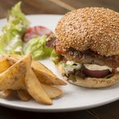 肉汁溢れるボリューム満点パテに特製ソースの刺激がたまらない『ビルボードハンバーガー』