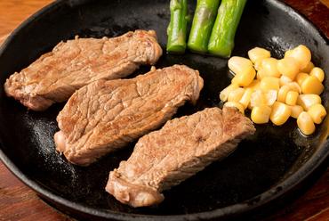 いろいろな部位の牛ステーキをお箸で楽しむ『一口ステーキ』※ステーキ1人前は平均約180g~200gです。