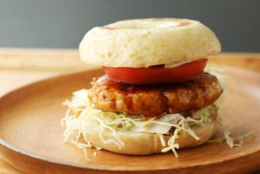 自慢の味!『玄米ベーグル 鶏ハンバーグサンド』(スープ・やさいフライ付)