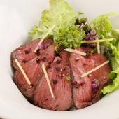 蝦夷鹿肉の個性豊かな味わいが楽しめる『蝦夷鹿のロースト丼』