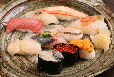 まずはこれを!リピーター続出。四季折々の魚介をリーズナブルに堪能できる!『店主おすすめ彩華握り』