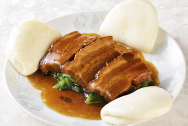 とろけるように柔らかな食感『曹操豚バラ肉の醤油煮込 (蒸しパン添え)』2枚/追加1枚