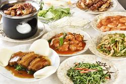 アワビの醤油煮、三種点心盛り合せ、五目チャーハン、デザートに杏仁豆腐など全10品の満足コース