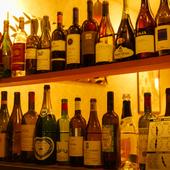 窓にたくさん並んだワインの空き瓶もWellcomeメッセージです