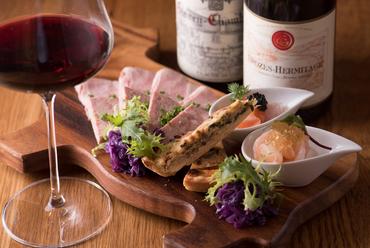 料理人こだわりの食材がつまった『オードブルの盛り合わせ』はワインと好相性