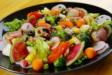 季節感を堪能できる、地元産の旬野菜を種類豊富に美しく盛りつけた『旬の彩りサラダ』