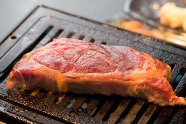 特製タレと共に頂けば、溢れ出る旨みを味わえる『牛ホルモン』